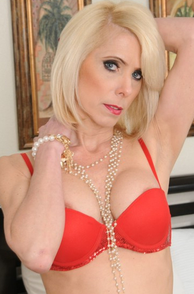 Blonde mature lady Jodie Stacks is demonstrating an perfect body  1465723