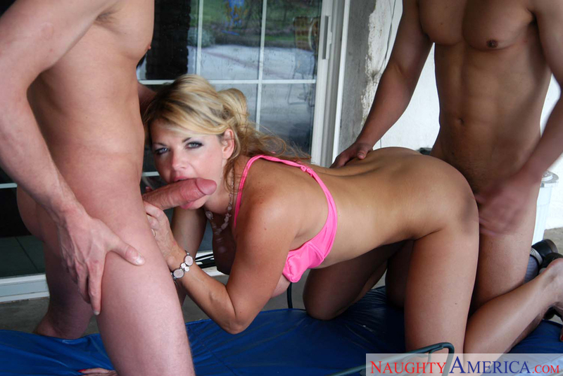 Porn star Mrs. Vette 2 giving a blowjob